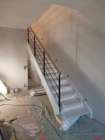 Escalier Bois et métal, soubassement des gardes corps en verre trempé Limons peints en blanc, marches et main courante en Hêtre massif
