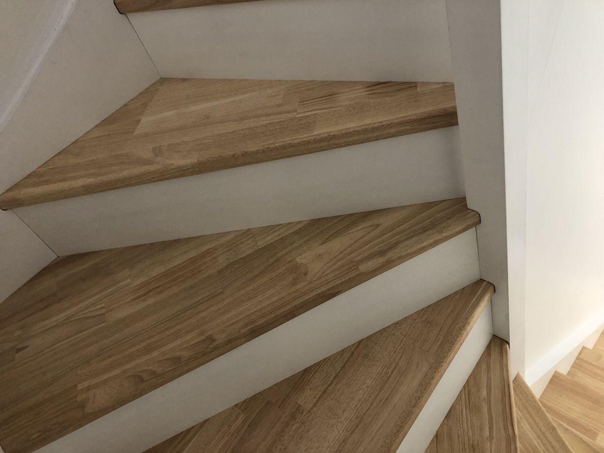 Escalier avec vitrification des marches et main courante et laquage blanc sur le reste de l'ouvrage