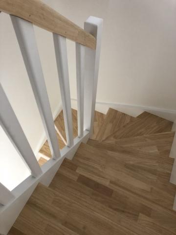 Escalier avec vitrification des marches et main courante et laquage blanc sur le reste de l'ouvrage (2)