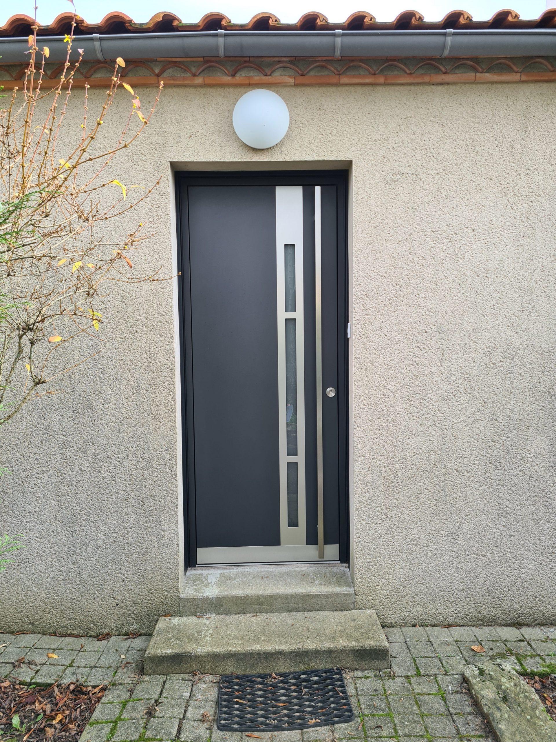 Porte d'entrée K.LINE Modèle Effigie Gris Anthracite et bâton e maréchal design carré de toute hauteur