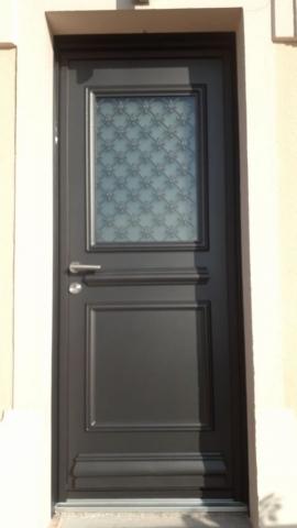 Porte d'entrée K.LINE Collection Créative - Modèle Rectangle 1 vitrage - avec cimaise et  plinthe - Vitrage dépoli avec grille intégrée laquée noir 2100 sablé Sans petits  bois